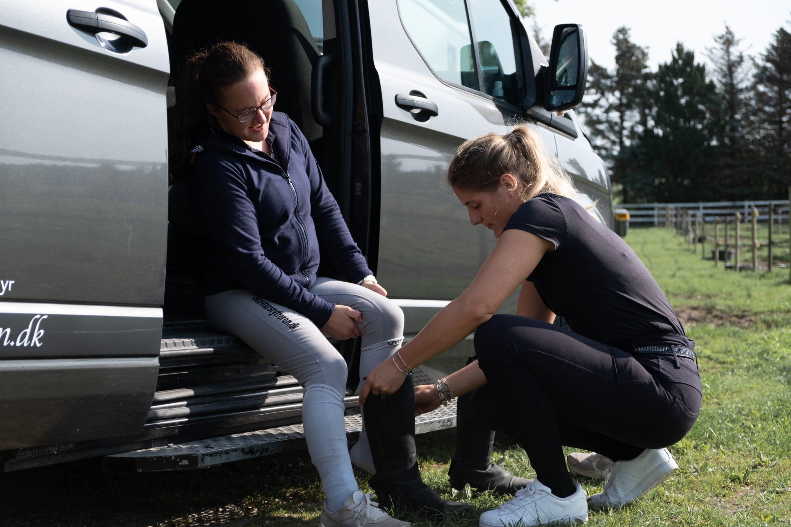 pige og hjælper ved bil