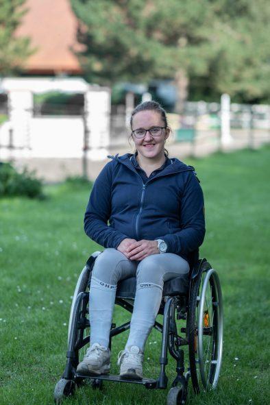 pige i kørestol