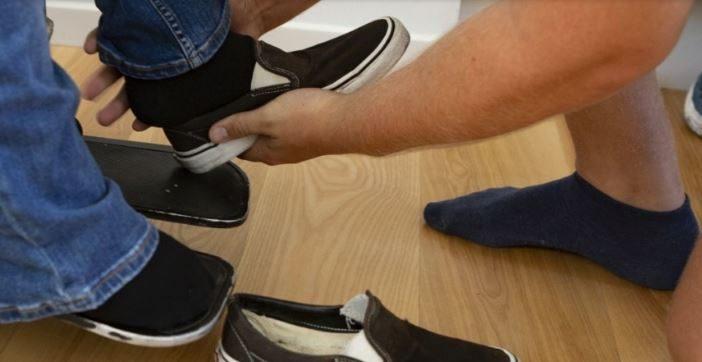 Hjælper med sko